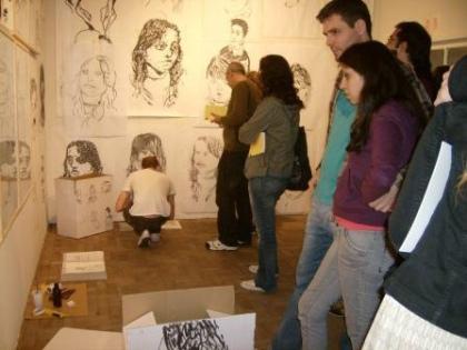 gente mirando a mostra